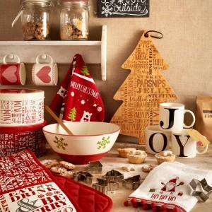 W świątecznej kuchni nie może zabraknąć rękawic, ścierek i kuchennych ręczników z kolorową grafiką. Fot. Matalan.