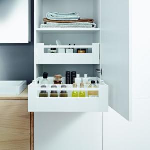 Wewnętrzne szuflady Antaro firmy Blum można zamontować w wysokim słupku. Pomieszczą  wszystkie większe i te mniejsze kosmetyki oraz akcesoria. Fot. Blum.