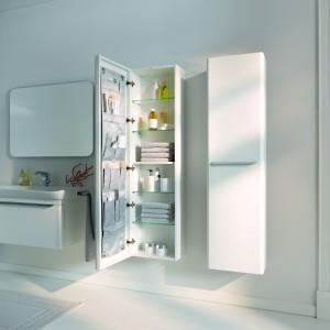 Meble Myday Keramag Design są praktyczne i pojemne. Wysokie słupki oprócz półek mają także  pomysłowe kieszenie po wewnętrznej stronie drzwiczek na drobne akcesoria łazienkowe. Fot.  Keramag Design.