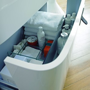 Szuflada podumywalkowa z zestawu mebli Esplanade Duravit wyposażona jest w wewnętrzne  przegródki, dzięki którym można z łatwością utrzymać porządek nawet wśród drobiazgów. Fot. Duravit.