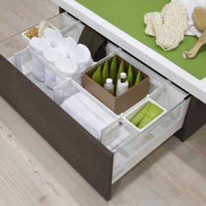Szuflada Inno Tech Hettich ma podwyższone boki i praktyczny system organizacji wewnętrznej. Można ją zamontować w meblach robionych na zamówienie. Fot. Hettich.