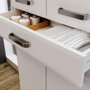 Kolekcja Amigo Elita to zestaw mebli zaprojektowanych z myślą o przechowywaniu. Wysoki słupek oferuje pomysłową szufladę, np. na  ręczniki. Fot. Elita.