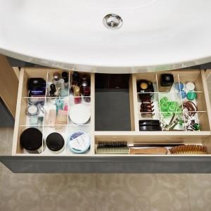 Smart firmy Cersanit to kolekcja mebli i wyposażenia zaprojektowana z myślą o małej  łazience oraz optymalnym wykorzystaniu przestrzeni przechowywania. Szuflada pod  umywalkę ma specjalny wkład, który dzieli jej przestrzeń na małe przegródki. Fot. Cersanit.