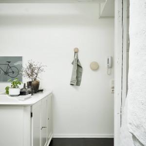 Pod sufitem pozostawiono odsłonięte belki stropowe, które pomalowano na biało. Dodają one wnętrzu skandynawskiego charakteru, a odsłonięta powierzchnia pod sufitem, optycznie powiększa wnętrze. Fot. Stadshem.