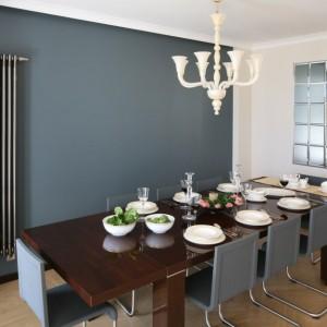 W jadalni urządzonej z nutką współczesnego glamour'u, dekoracyjny żyrandol wprowadza odświętny nastrój, pozwalając jednocześnie na bardziej oszczędną dekorację stołu. Projekt wnętrza: Izabella Korol. Fot. Bartosz Jarosz.