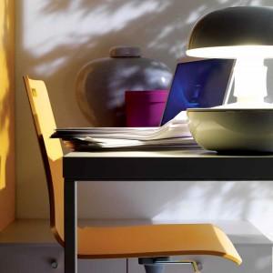 Żółte krzesło obrotowe ożywia przestrzeń nauki oraz koresponduje z innymi, kolorowymi elementami wyposażenia. Fot. Doimo Cityline.