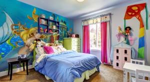 Zastanawiacie się jak urozmaicić pokój dziecka? Zapraszamy do naszej galerii, gdzie znajdziecie pomysły na aranżację ścian z wykorzystaniem naklejek, tapety czy fototapety.