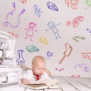 Tapeta Rysunki wygląda jakby była stworzona przez dziecko. Wśród takich motywów z łatwością ukryją się ścienne rysunki maluchów, jakie często powstają podczas nieuwagi rodziców. Fot. Pixers.