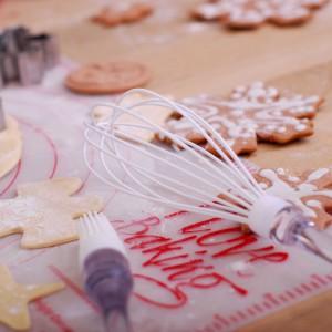 Akcesoria z kolekcji Święta od kuchni pomogą udekorować świąteczne przysmaki. Fot. Empik.