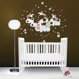 Naklejkami w formie puszystych obłoków, gwiazdek i skrzydlatych kucyków można wyznaczyć w pokoju strefę snu malucha. Fot. Nubie - Modern Kids Boutiqe.