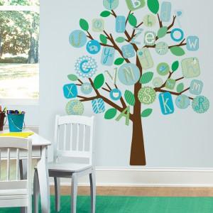 Jednolitą ścianę można wyróżnić poprzez wyklejenie na niej, np. rozłożystego, zielonego drzewa. Fot. Becky and Lolo.