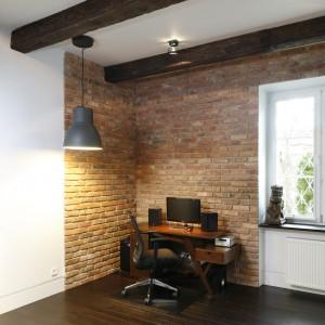 W salonie znalazło się także miejsce na biurko, przy którym stanął duży, wygodny fotel. Projekt: Izabel Mildner. Fot. Bartosz Jarosz.
