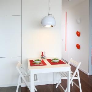 Niewielkich rozmiarów stolik jadalniany może służyć również jak praktyczne biurko. Na małych przestrzeniach takie rozwiązanie nie zaburzy wystroju całego wnętrza. Projekt: Iza Szewc. Fot. Bartosz Jarosz.