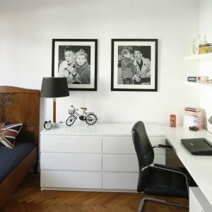 Elegancką przestrzeń urządzono z subtelną prostotą. Przestronne biurko połączona z praktyczną komodą, która służy także jako szafka nocna. Projekt: Iwona Kurkowska. Fot. Bartosz Jarosz.