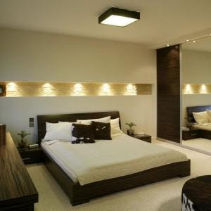 Na ścianie za łóżkiem zaprojektowano wnękę, którą oświetlono za pomocą kilku halogenów. Projekt: Katarzyna Mikulska-Sękalska. Fot. Bartosz Jarosz.