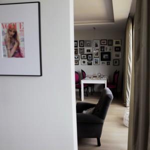 Salon skomunikowano z sypialnią. Można się do niej dostać bezpośrednio przez przestrzeń pomiędzy ścianką, na której zawisł telewizor, a oknem. Projekt: Chalupko Design. Fot. Chalupko Design.