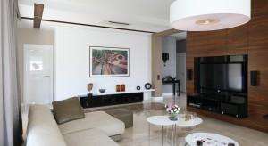Dobrze dobrana lampa gwarantuje optymalne oświetlenie salonu, ale też wpływa na jego styl i charakter. Dlatego też prezentujemy pomysły polskich projektantów na nowoczesne oświetlenie sufitowe.