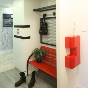 Aby zachować miejski charakter aranżacji, vis a vis szafy zamontowano czerwoną ławeczkę - przypominającą parkowe ławki. Projekt: Marta Kruk. Fot. Bartosz Jarosz.