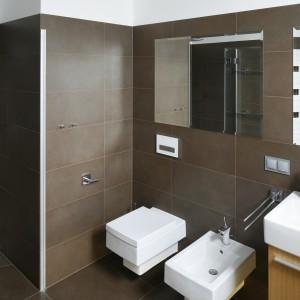 W dużej łazience zmieszczono wannę dla dwóch osób, dużą umywalkę, sanitariaty oraz strefę prysznica, wpasowaną we wnękę w ścianie. Projekt: Michał Mikołajczak. Fot. Bartosz Jarosz.