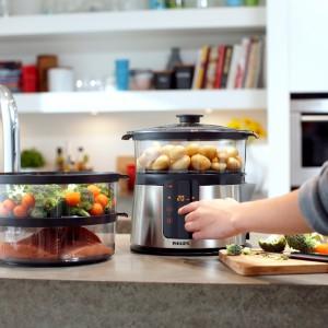 Parowar HD 9190 marki Philips. Umożliwia ustawienie dokładnego czasu gotowania dla każdego kosza oddzielnie. Posiada m.in. funkcję Turbo Start, która pomaga uzyskać idealną temperaturę gotowania na parze w kilka sekund, zegar cyfrowy, funkcja trzymania ciepła, Pojemniki do gotowania o pojemności: 2,6/2,8/3,2 l. Fot. Philips.
