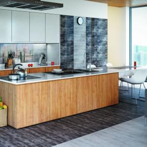 Nad blatem ułożono efektowny gres szkliwiony imitujący beton. Pozwala on stworzyć soft-loftowy klimat w kuchni. W kolekcji dostępne są także elementy dekoracyjne z motywem panoramy wielkiego miasta. Ściana nad blatem wyłożona takimi płytkami prezentuje się nowocześnie i nietuzinkowo. Fot. Ceramstic, kolekcja Konkret.