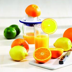 Wyciskacz do cytrusów z dużym sitkiem marki Lurch, które zmieści miąższ z czterech pomarańczy. Pojemnik wyposażony w miarkę (do 400 ml), dziubek ułatwia przelewanie soku do szklanek. Fot.  Lurch.