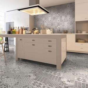 Powierzchnię nad blatem wykończono płytkami ceramicznymi, harmonizującymi z płytkami na podłodze. Pochodzące z kolekcji Bristol kafle to przepiękna kombinacja stonowanych barw  i ciekawych wzorów. Fot. A&M Ceramica.