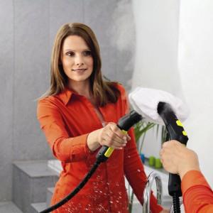 Wielofunkcyjne urządzenia parowe pozwalają skutecznie czyścić nie tylko podłogi, ale także inne powierzchnie, np. lustra. Fot. Kärcher.