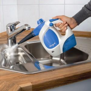 Myjki parowe bardzo dobrze sprawdzą się przy czyszczeniu zlewozmywaków i innych, narażonych na uporczywy brud, powierzchni. Fot. Dirt Devil.