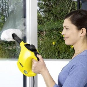 Za pomocą myjki do czyszczenia okien możemy dokładnie umyć nie tylko okna, ale wszelkiego rodzaju powierzchnie szklane. Fot. Kärcher.