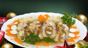 Karp w galarecie to tradycyjna potrawa na wielu wigilijnych stołach.