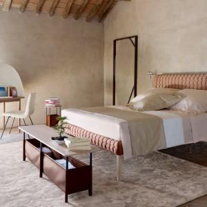 Pikowane łóżko Ruché to połączenie pikowanej tkaniny dostępnej w wielu kolorach oraz ramy wykonanej z litego drewna. Fot. Ligne Roset