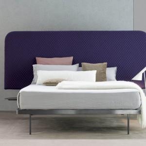 Łóżko Contrast z wysokim, gładkim, tapicerowanym zagłówkiem o nowoczesnym, lekko zaokrąglonym kształcie. Fot. Bonaldo