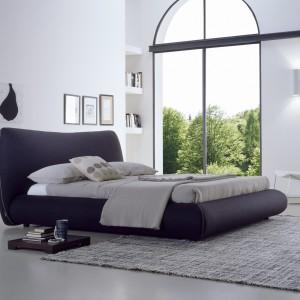 Masywne łóżko o opływowych kształtach dostępne w wielu kolorach. Fot. Bolzan Letti.