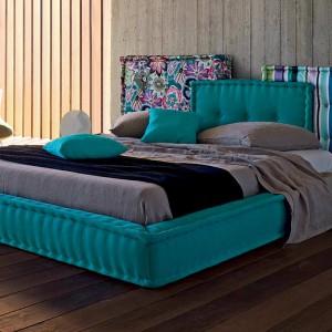 Łóżko z kolekcji Les Contemporains to oryginalne połączenie kolorowych tkanin. Fot. Roche Bobois