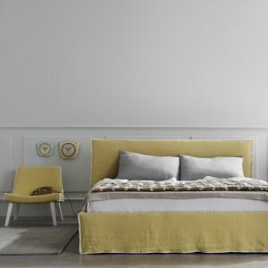 Kolorowe łóżko dobrze sprawdzi się w towarzystwie stonowanych odcieni ścian. Fot. Letti & Co.