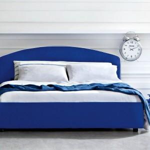 Łóżko Arco o prostym klasycznym kształcie. Uwagę przyciąga lekko zaokrąglona forma zagłówka. Fot. Letti & Co.