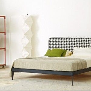 Łóżko Suite z tapicerowanym zagłówkiem o prostej formie i ciekawym, ponadczasowym wzorze. Fot. Arflex