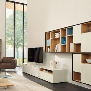 Nowoczesny zestaw Scopia marki Hülsta tworzy meblościanka oraz szafka RTV. Prostą formę mebli wzbogaca modne połączenie kolorów: drewna i białego lakieru. Fot. Hülsta.