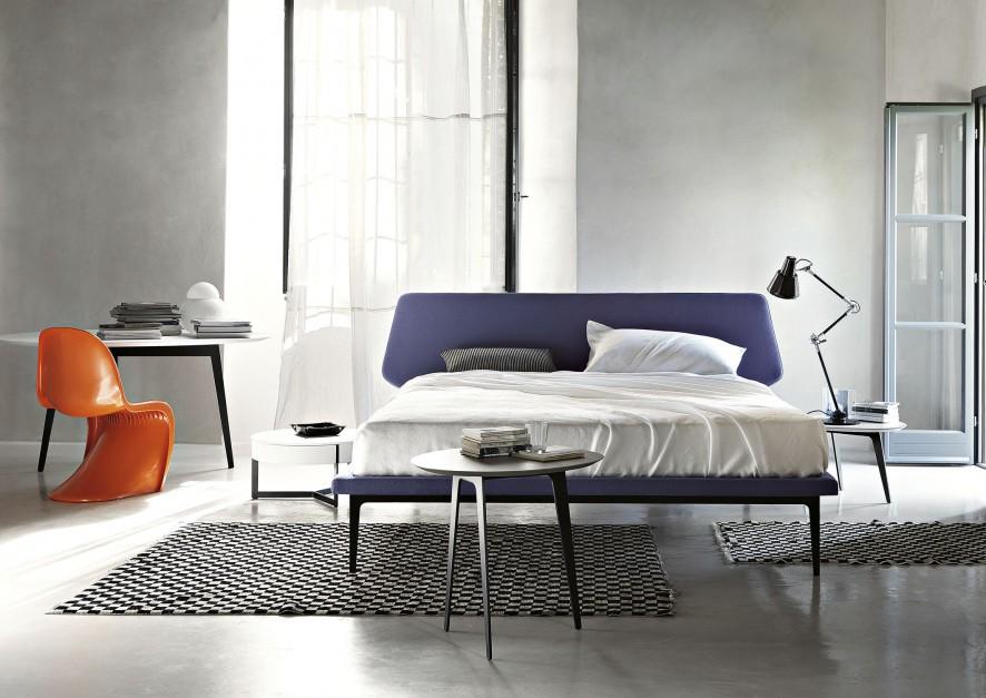 Łóżko Dream View poza ciekawą kolorystyką przyciąga wzrok niebanalną formą zagłówka o nieregularnym kształcie. Łóżko dostępne w wielu kolorach. Projekt: Roberto Lazzeroni. Fot. LEMA