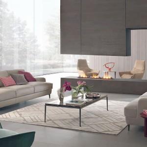 Sofa British projektu Ferruccio Laviani sprawdzi się zarówno w nowoczesnych, jak i klasycznych wnętrzach. Beżowy kolor tapicerki nadaje kanapie przytulny wygląd. Fot. GAB.