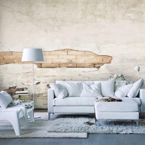 Stara ściana eksponująca cegłę pod pęknięciami tynku to propozycja do wnętrz w stylu vintage. Fot. Picassi.