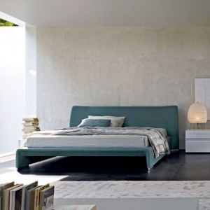 Tapicerowane łóżko Glove o delikatnie zaokrąglonych kształtach. Projekt: Patricia Urquiola. Fot. Molteni&C.