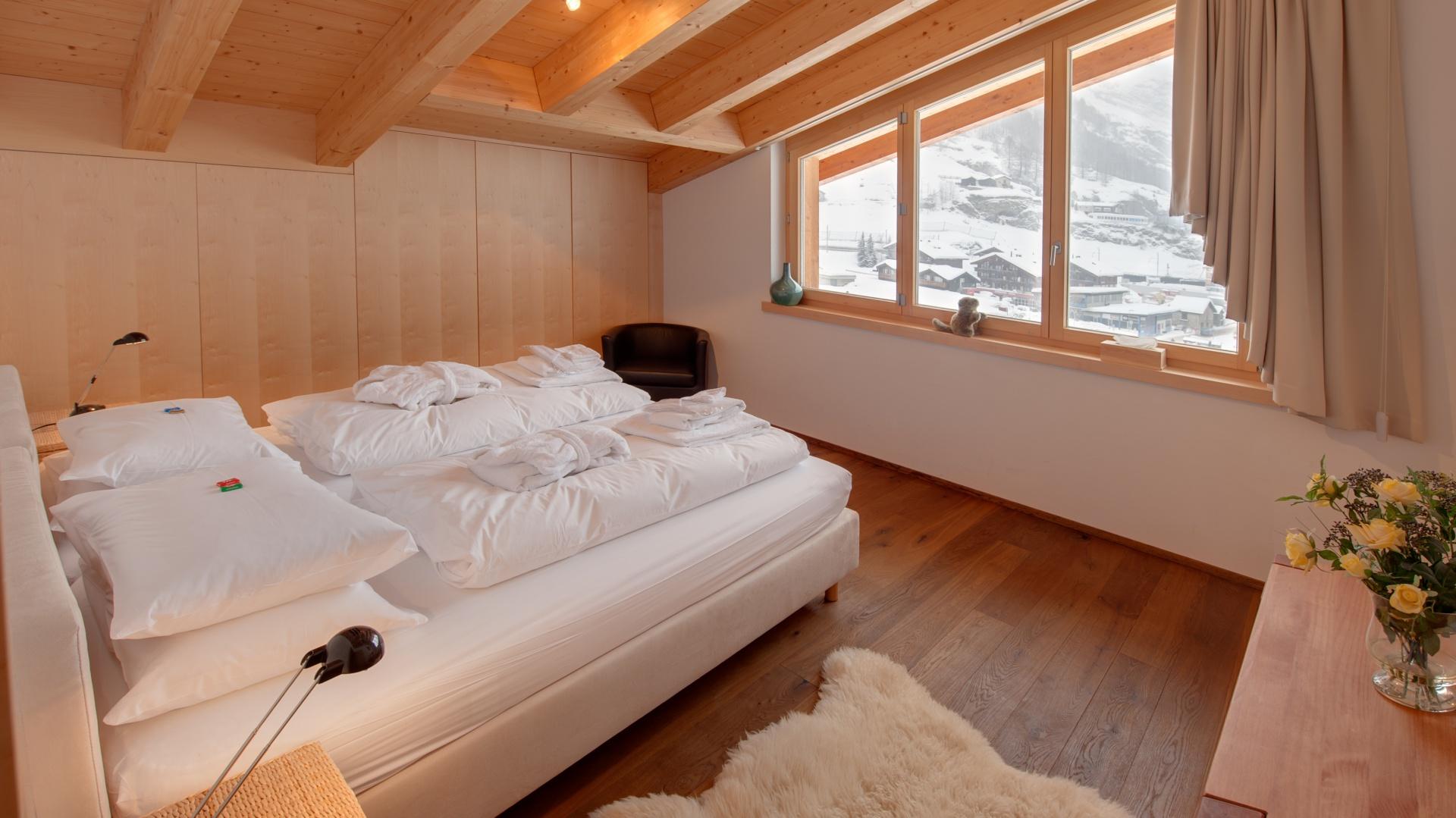 Drewniana podłoga, ściany i sufit tworzą przytulne wnętrze, które doskonale współgra z pięknym krajobrazem. Fot. Chalet Zeus/Alpine Guru.