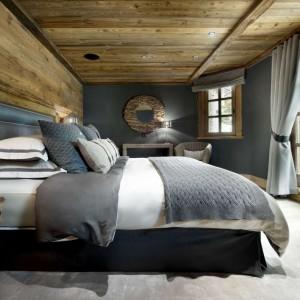 Naturalne drewno połączono z różnymi odcieniami szarości uzyskując zgrany, interesujący duet. Fot. The Petit Chateau w Courchevel.
