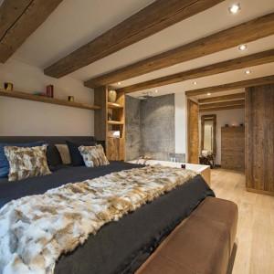 Ważnym elementem w sypialni są drewniane elementy, które ocieplają wnętrze. Fot. Alpin Roc/Alpine Guru.