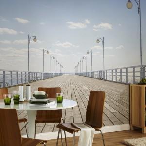 Fototapeta z widokiem na sopockie molo, dostępna w sklepie Pixers, zamieni codzienne śniadanie czy kolację w podróż do wspomnień z wakacji na morzem. Fot. Pixers.