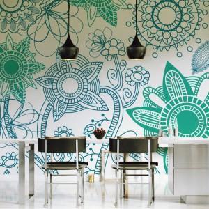 Nowoczesna tapeta w zielone i niebieskie kwiaty, które są tak delikatne, jak gdyby zostały zrobione na szydełku. Fot. Pixers.
