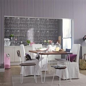 Tegoroczna kolekcja tapet Zuhause Wohnen niemieckiej marki Marburger Tapetenfabrik zawiera gotowe kompozycje dekoracji ściennych do kuchni i jadalni. Fot. Marburger Tapetenfabrik.