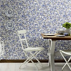 Tapeta Trendspots marki Rash z drobnym, kwiatowym motywem to dekoracja polecana szczególnie do małych pomieszczeń. Subtelny wzór nie przytłoczy aranżacji, natomiast nada jej delikatny wygląd. Fot. Rash.